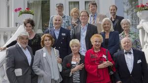 v.l.n.r.: Volker Hartmann (Michael Gwisdek), Edith Wielande (Christine Schorn), Kurt Mailand (Jörg Gudzuhn), Jan Georg Schütte (Autor) mittlere Reihe, v.l.n.r.: Clara Bayer (Angela Winkler), Sergej Stern (Victor Choulman), Helge Löns (Matthias Habich), Martha Schneider (Hildegard Schmahl), Hilde Matysek (Ilse Strambowski) vorne v.l.n.r.: Johann Schäfer (Mario Adorf), Maria Koppel (Senta Berger), Christa Nausch (Brigitte Janner), Leni Faupel (Gisela Keiner), Hartmut Göttsche (Jochen Stern)© WDR/Pauly