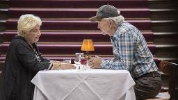 Sie haben nur sieben Minuten Zeit, einander kennenzulernen: Christa Nausch (Brigitte Janner) und Volker Hartmann (Michael Gwisdek).© WDR/Georges Pauly