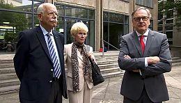 Und wieder hat Klaus S. (l) einen Prozess verloren. Hier mit seinem Anwalt und Freundin Ursula.