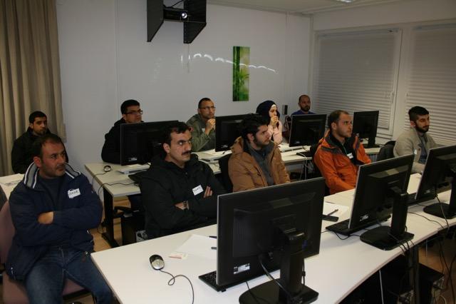 Hoch konzentriert und interessiert waren die Flüchtlinge bei XING-Registrierungs-Workshop in Freiburg Fotos ©: Hans-J. Hinken