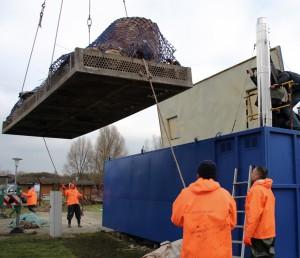 Auf einer Palette vorsortierte Pottwalknochen gelangen per Kran in den Reinigungscontainer des Deutschen Meeresmuseums.