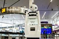 Guten Flug: Der mit Sensoren und Kameras ausgestatte mannshohe Roboter SPENCER scannt die Bordpässe der Passagiere und begleitet sie selbstständig durch den Flughafen. Foto: SPENCER-Projekt/KLM