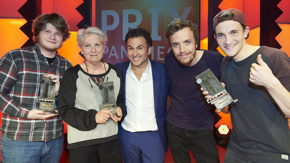 v.l. Jan Philipp Zymny (Jurypreis), Gerburg Jahnke (Ehrenpreis), Moderator Fatih Cevikkkollu, Das Lumpenpack (Publikumspreis)© WDR/Melanie Grande