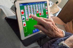Ältere nutzen Tablet