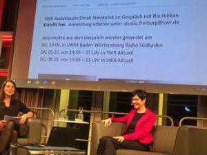 Das Foto zeigt Dinah Steinbrink, SWR und Ria Hinken im Gespräch