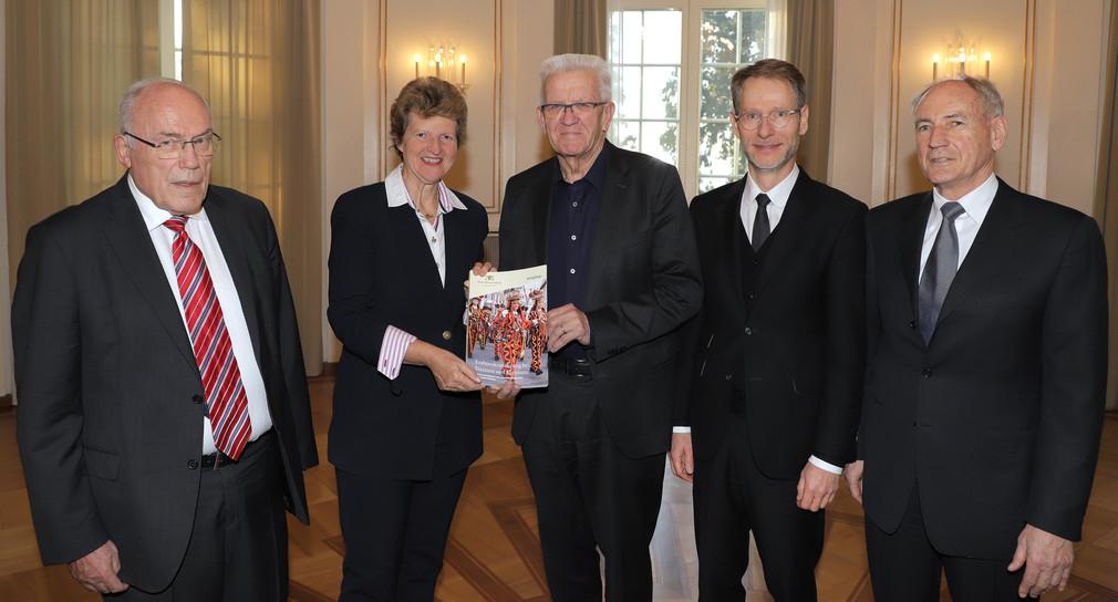 Das Foto zeigt: v.l.n.r.: Dr. h.c. Rudolf Böhmler, Dr. Gisela Meister-Scheufelen, Ministerpräsident Winfried Kretschmann, Staatssekretär Dr. Florian Stegmann und Bernhard Bauer