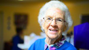 Das Foto zeigt eine alte Dame