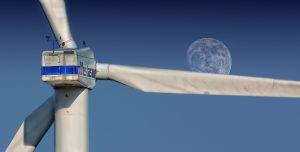 Das Foto zeigt ein Windrad