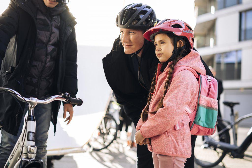 Bastian Schweinsteiger mit Kind und Helm Foto: Kettler PR
