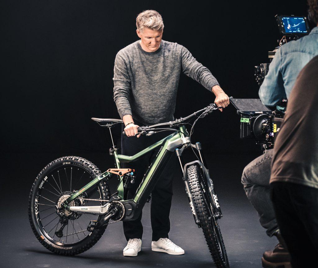 Der Ex-Nationalspieler Bastian Schweinsteiger mit dem neuen E-Bike von Kettler