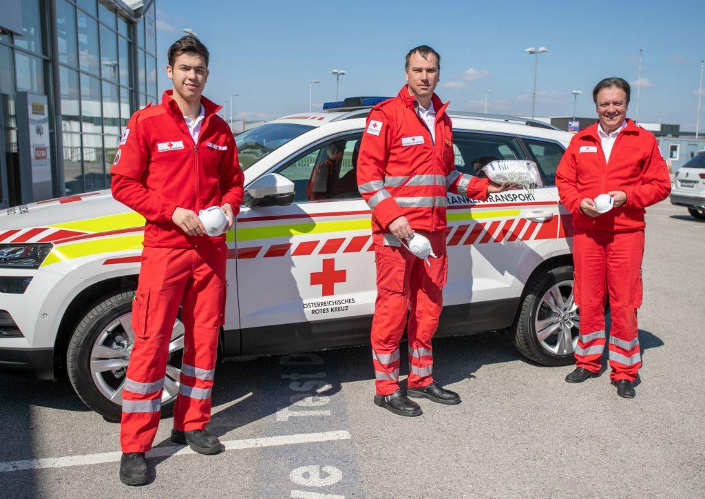 Zivildienstleistender Ferdinand Sima (v.l.), Abteilungsleiter Michael  Moser und Landesrettungskommandant Werner Kraut vom Roten Kreuz  Niederösterreich nahmen die Mundschutz-Masken entgegen.