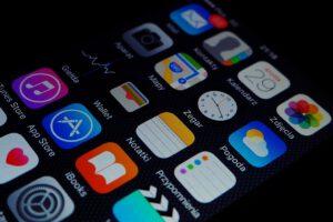 Bild eines Smartphones mit verschiedenen Apps