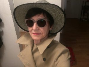 Das Foto zeigt Ria Hinken in einem modernen Outfit