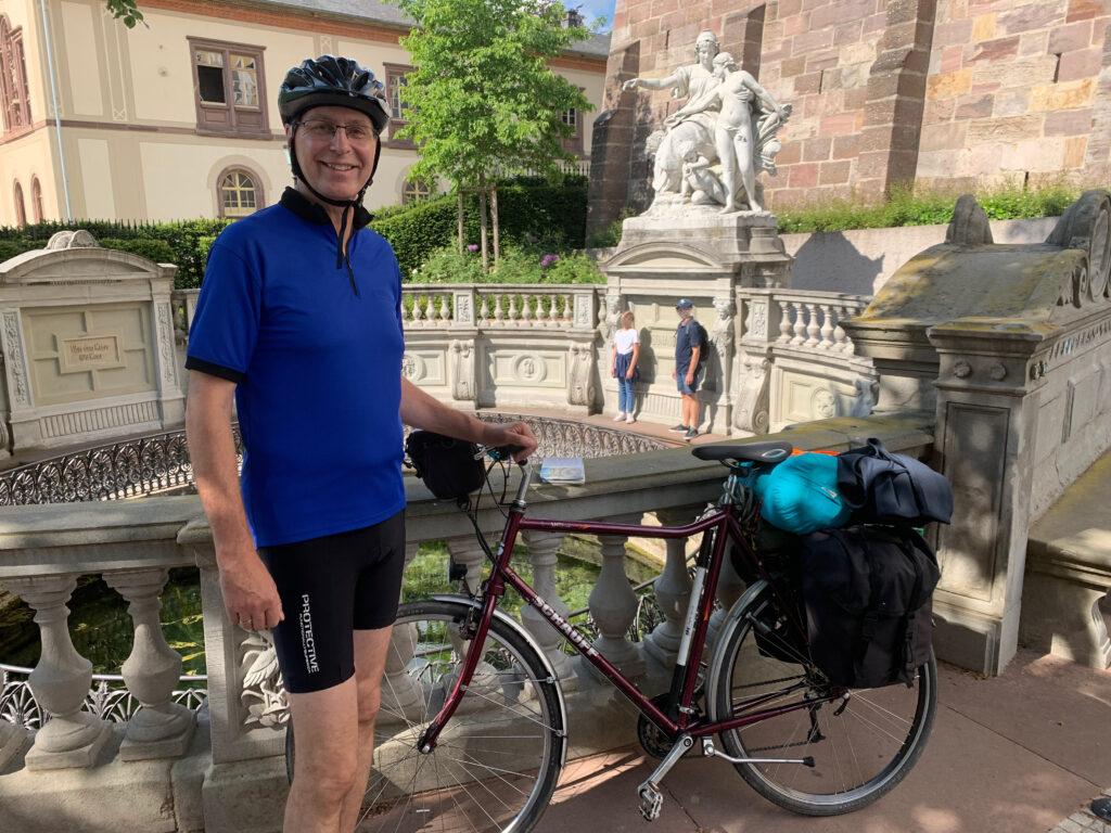 Das Foto zeigt Tom mit Helm und Fahrrad
