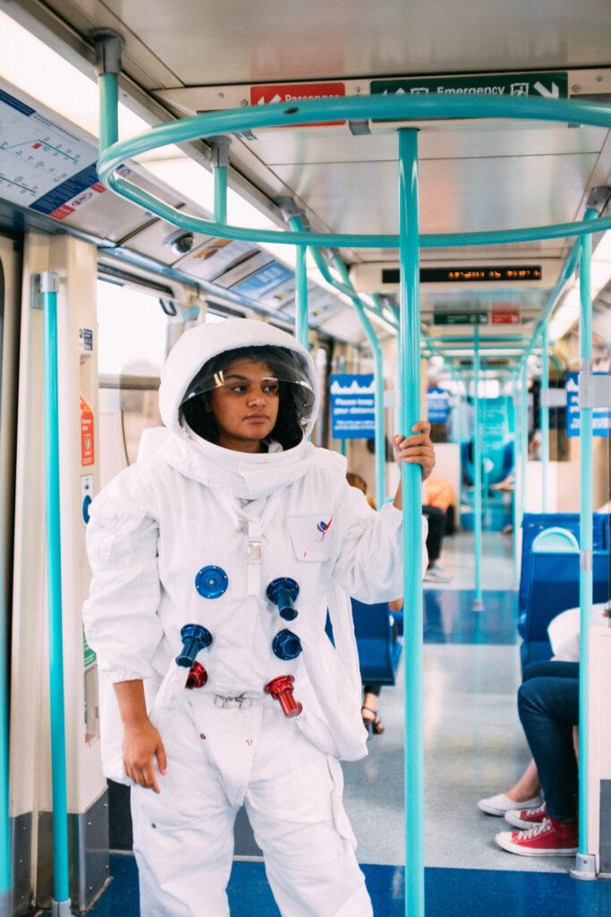 Foto von Tom Leishman von Pexels  Astronautin in der U-Bahn