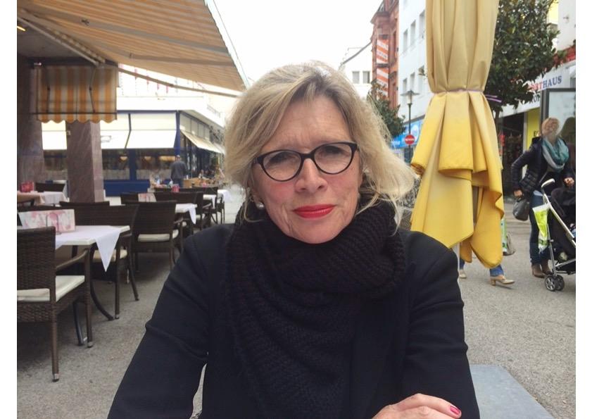 Das Foto zeigt Barbara Wackernagel-Joacobs in einem Café