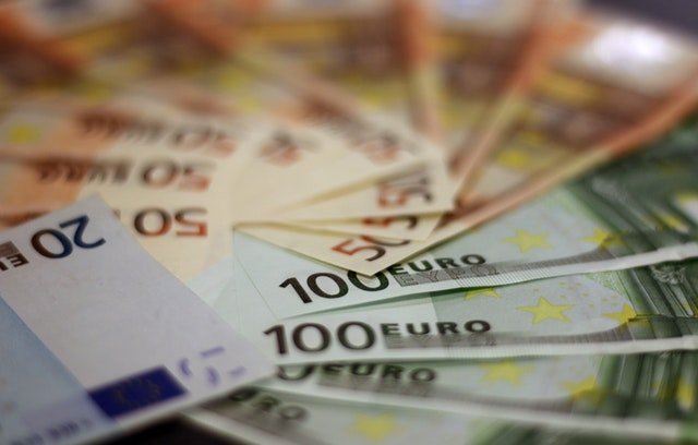 Foto von pexels-pixabay. Es zeigt Euro-Geldscheine